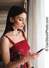 美しい, モビール, 女, 窓。, 電話