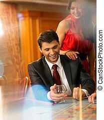 美しい, ルーレット, 恋人, カジノ, 若い, の後ろ, テーブル