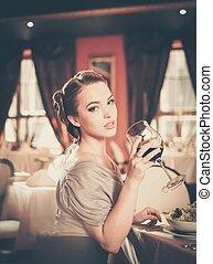 美しい, レストラン, 若い, ガラス, 単独で, 女の子, 赤ワイン