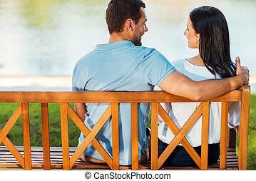 美しい, ロマンチック, モデル, 恋人, 光景, 若い, 一緒に, ベンチ, 他, それぞれ, 微笑, date., 後部, 情事