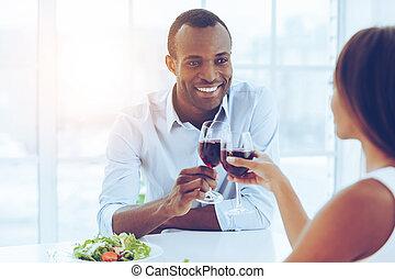 美しい, ロマンチック, wineglasses, モデル, 恋人, 若い, 一緒に, dinner.., 保有物, アフリカ, テーブル
