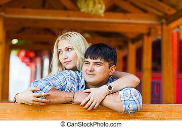 美しい, 両方とも, 恋人, それぞれ, カップル。, 若い, 地位, 間, レース, 屋外で, 混ぜられた, 肖像画, 微笑, 情事, 他, 結び付き, 幸せ