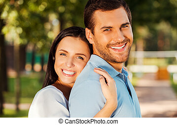 美しい, 両方とも, 恋人, それぞれ, カップル。, 若い, 地位, 間, 他, 屋外で, 肖像画, 微笑, 情事, 結び付き, 幸せ