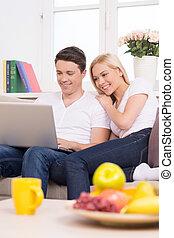 美しい, 使うこと, モデル, ラップトップ, 若い見ること, 他, コンピュータ, 一緒に。, それぞれ, 終わり, 恋人