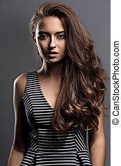 美しい, 冷静, 感情, 女, ∥で∥, 自然, 構造, そして, 長い間, ブラウン, 巻き毛の髪, スタイル, 彼女, 表面, 灰色, バックグラウンド。, クローズアップ, 肖像画
