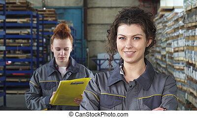 美しい, 労働者, 工場, 朗らかである, カメラ, 女性, 微笑