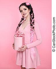 美しい, 十代, ブルネット, プレゼント, 贈り物, 上に, 箱, 弓, バックグラウンド。, ピンク, スタジオ, 魅力的, かなり, hair., 女の子, 編みこみ