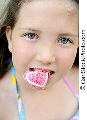 美しい, 十代, 食べること, 心, キャンデー, 肖像画