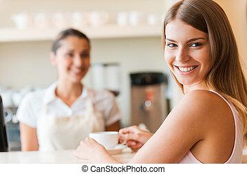 美しい, 地位, コーヒー, 女, 背景, town., 上に, カップ, 若い見ること, 間, 女性, 保有物, 肩,...