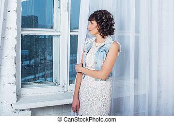 美しい, 地位, 女, カーテン, 若い, に対して, 窓, 白