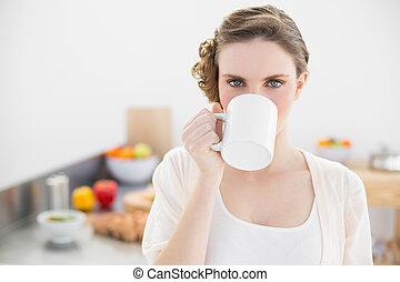 美しい, 地位, 女, 彼女, カップ, 飲むこと, 台所