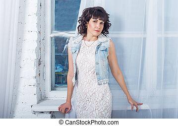 美しい, 地位, 女, 若い, に対して, 窓, 白, curtains.