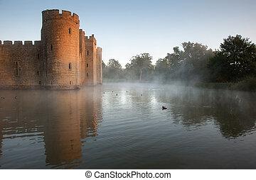 美しい, 堀, 中世, 上に, 日光, の後ろ, 城, もや, 日の出