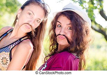 美しい, 夏, ブルネットの髪, 背景, 肖像画, 最も良く, スペース, 若い見ること, カメラ, クローズアップ, 2, コピー, 友人, 女性, のように, 遊び, 緑, 屋外で, 楽しみ, 持つこと, 口ひげ