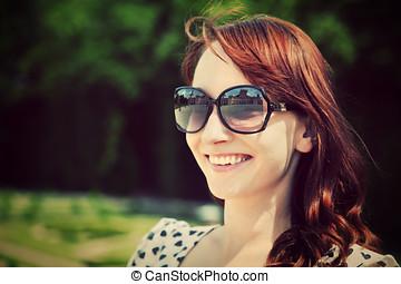 美しい, 夏, 女, サングラス, 若い, park., 微笑