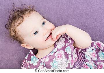 美しい, 女の子, 中に, a, 紫色の服