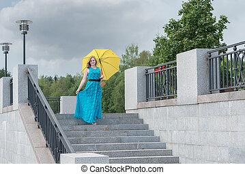 美しい, 女の子, 中に, a, 青いドレス, ∥で∥, a, 黄色の洋傘, 下方に, ∥, m