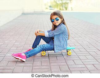 美しい, 女の子, 子供, モデル, 上に, スケートボード, 中に, 都市