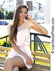 美しい, 女の子, 電話 で 話すこと, 幸せな微笑すること, 明るい, 日当たりが良い, 夏の日