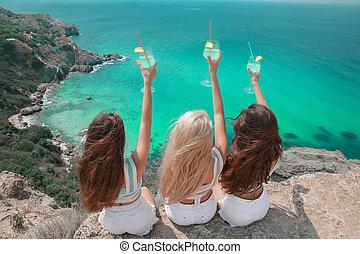 美しい, 山, 上に, 背中, 3, 女の子, lifestyle., cheers!, 崖, 旅行, 旅行者, 若い, crimea., 楽しむ, 休む, 浜。, fiolent, ガラス, coctail, 友人, 女性, 湾, 礁湖, 楽しみ, 持つこと, 光景