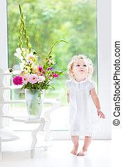 美しい, 巻き毛, 大きい, 白, 次に, 女の赤ん坊, 服, 遊び