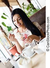 美しい, 店, ブルネット, 肖像画, 微笑の女の子, クリーム, スペース, 若い, 氷, 内部, 幸せ, 映像, コーヒー, 女性の 食べること, 背景, コピー, レストラン, ∥あるいは∥, 楽しみ, 持つこと