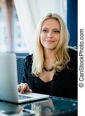 美しい, 店, ポータブル, ラップトップ・コンピュータ, 何か, 女性, の間, カフェ, 考え, 若い, かなり, 素晴らしい, ヨーロッパ, コーヒー, 女性の モデル, 壊れなさい, 夢のようである, 使うこと, バー, について, 仕事, 顔, 間, net-book