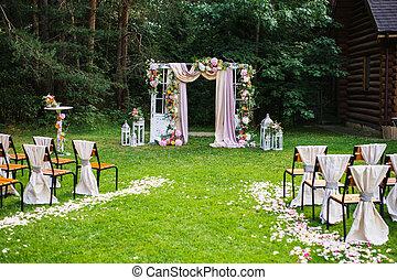 美しい, 式, 作られた, 古い, 布, 椅子, 白, ドア, 無作法, バックグラウンド。, grass., ピンク, 緑, 立ちなさい, 結婚式, 自然, outdoors., 花, アーチ, style., 飾られる