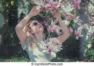美しい, 強くされた, 女, 健康, モクレン, 若い, flowers., イメージ