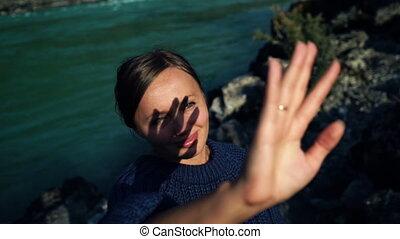美しい, 彼女, 太陽, 手。, 手, 女の子, によって, 顔つき, 影, 顔, セーター