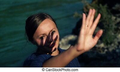 美しい, 彼女, 太陽, 手。, 手, 女の子, によって, 顔つき, 微笑, 影, 顔, セーター