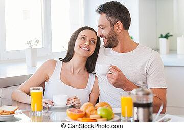 美しい, 微笑, モデル, 恋人, 若い, 一緒に, 朝, 間, 他, 結び付き, 一緒に。, それぞれ, 朝食, 楽しむ, 持つこと, 日曜日, 台所