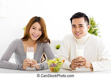 美しい, 恋人, 若い, ミルク, 微笑, 飲むこと
