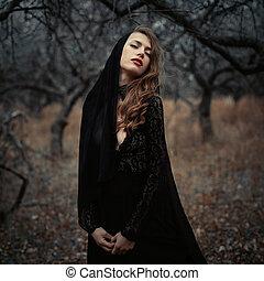 美しい, 感情, 女, 失われた, 巻き毛, 型, woods., 心配した, forest., ファッション, 黒, レトロ, ポーズを取る, 毛, 服, 女の子, sensual
