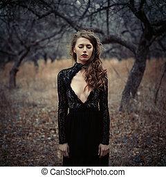 美しい, 感情, 女, 失われた, 巻き毛, 型, woods., 心配した, forest., 女の子, 黒, レトロ, ポーズを取る, 毛, 服, fashion., sensual