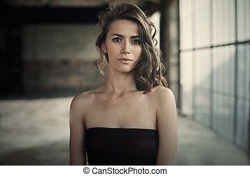 美しい, 感情, 女, 屋根裏, 巻き毛, dress., 心配した, 毛の方法, 黒, 窓。, ポーズを取る, 女の子, 服, sensual, レトロ