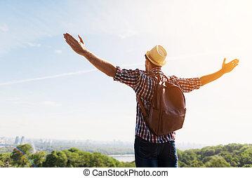 美しい, 景色。, 伸ばしている, 観光客, 腕, に対して, 緑, ポーズを取る