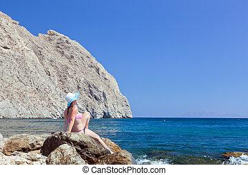 美しい, 浜。, sunbathing, 若い, 熱帯の女性, ブルネット, 岩