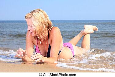 美しい, 海岸, ビキニ, 女性が日光浴をする