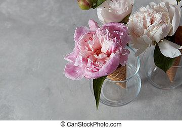 美しい, 灰色, 花, ウエハース, ガラス, 小滴, つぼ, 水, コンクリート, バックグラウンド。, 角