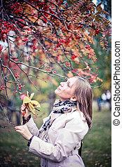 美しい, 秋, 女, のまわり, カラフルである, 公園, 見る, 森林, 群葉, 秋, 楽しみ, 微笑, 持つこと, 幸せ