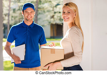 美しい, 箱, 女, service., 若い, 出産, 間, クリップボード, 保有物, manholding, 微笑, ボール紙, クラス, 最初に