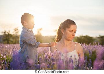 美しい, 肩, 彼の, 母, ラベンダー, 手, フィールド, 簀の目紙, 子供, 花