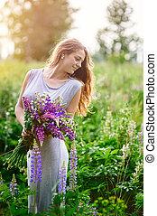 美しい, 花束, 女, 野生の花, 牧草地