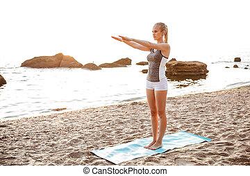 美しい, 若い女性, すること, 伸張, 練習, の間, ヨガ