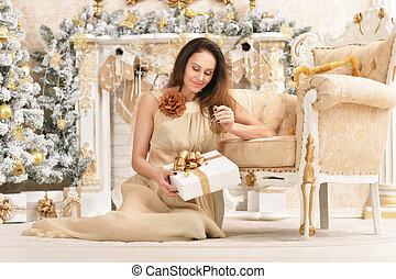 美しい, 若い女性, ポーズを取る, 中に, 部屋, 飾られる