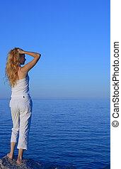 美しい, 若い女性, 海を見ること