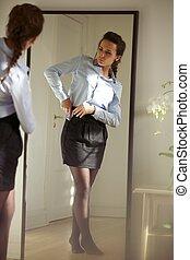 美しい, 若い, 女性実業家, 服を着る