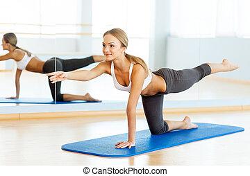 美しい, 訓練, 女, ヨガの マット, 若い, スポーツ, training., サイド光景