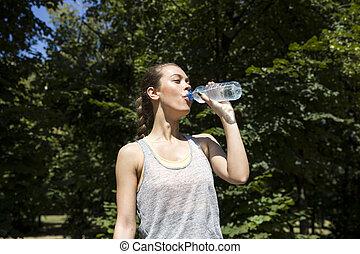 美しい, 訓練, 女, 後で, 若い, 水, 飲むこと